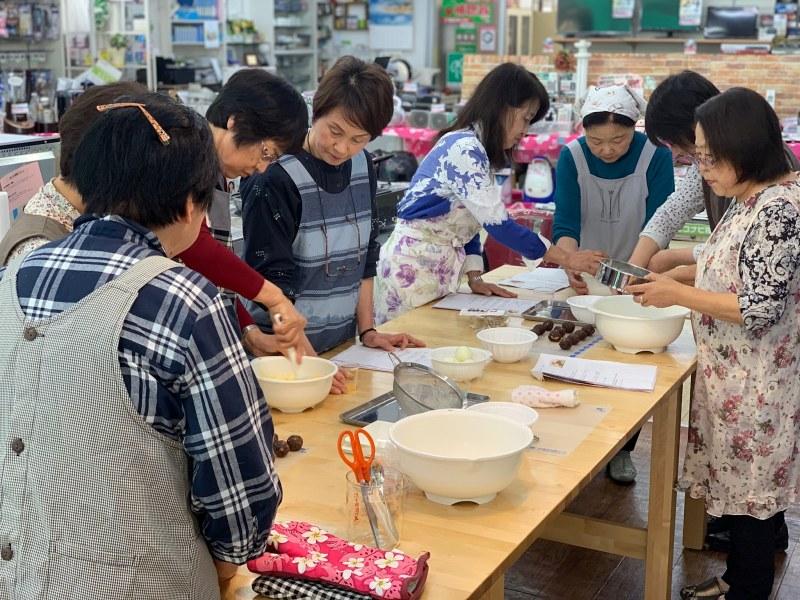 女子会の料理教室風景